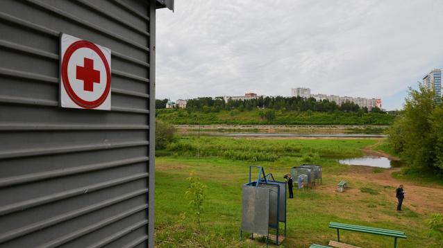 Фото На городском пляже Кирова водолазы чистят дно Вятки