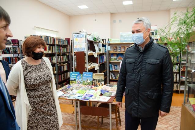 Фото Рахим Азимов посетил районные библиотеку и центр культуры в Даровском