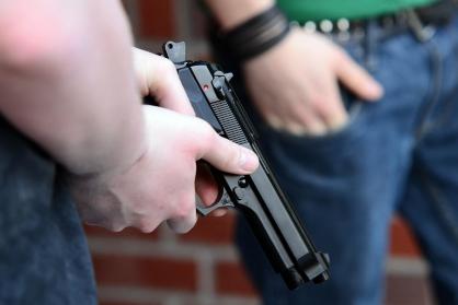 Фото В Кирсе двое пьяных мужчин угрожали несовершеннолетним пневматическими пистолетами
