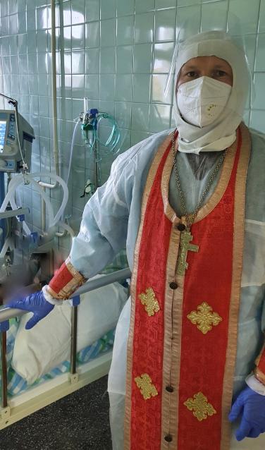 Фото В Сыктывкаре священник провел причащение в красной зоне