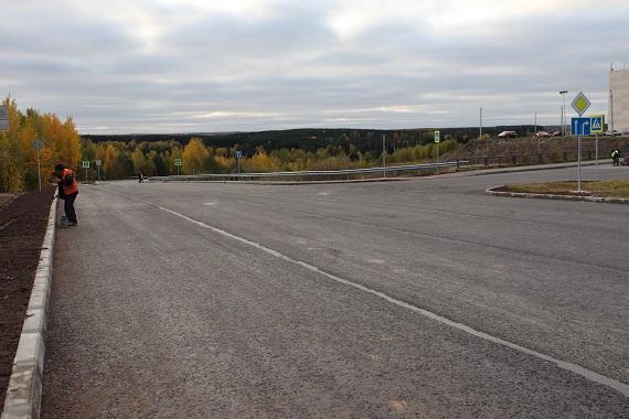 Фото В Сыктывкаре на малой объездной дороге наносят разметку