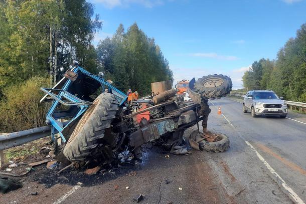 Фото В Коми КамАЗ врезался в стоящий на дороге трактор