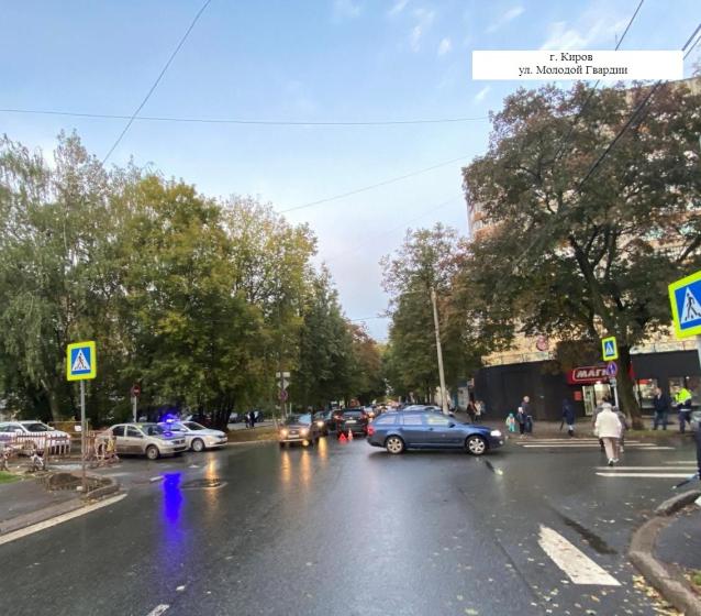 Фото В Кирове на ул. Молодой Гвардии водитель «Мазды» сбил пешехода