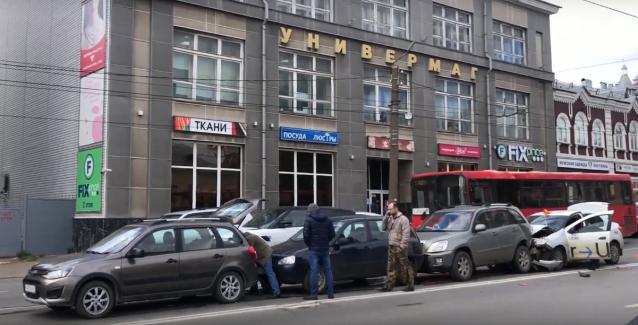 Фото В Кирове на Ленина столкнулись четыре автомобиля