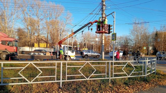 Фото В Кирове новые светофоры устанавливают на перекрестке Щорса и Производственной