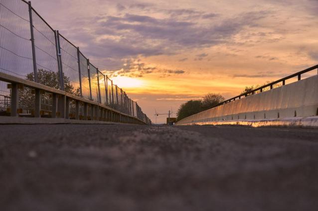 Фото Мосты Кирова после ночных заморозков обработали галитом