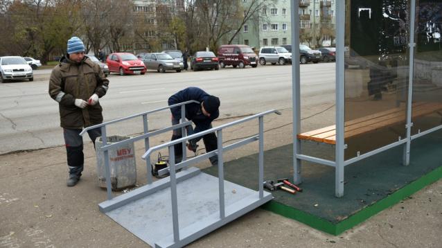 Фото Мэрия утверждает, что ремонт остановок в Кирове идет с учетом требований «доступной среды»