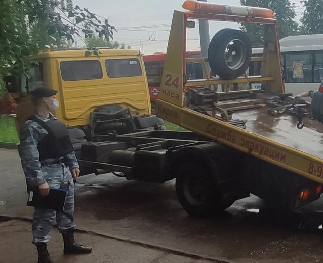 Фото В Кирове у должника по алиментам арестовали «Ниву»