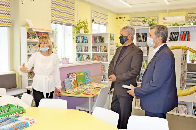Фото Рахим Азимов посетил модернизированную Нагорскую библиотеку
