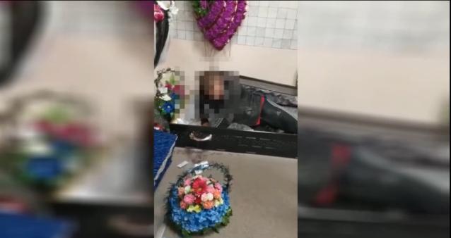 Фото В Ухте поймали «вампира»: ночью местный житель проник в салон ритуальных услуг и лег спать в гроб