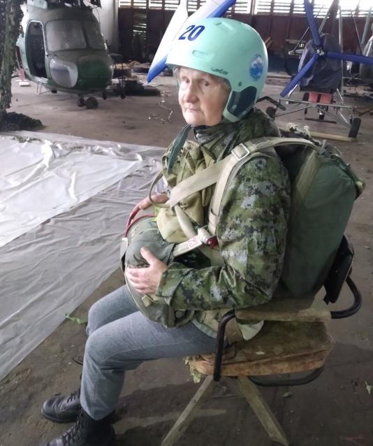 Фото «Была как ёжик в тумане». Кировчанка впервые прыгнула с парашютом в 72 года