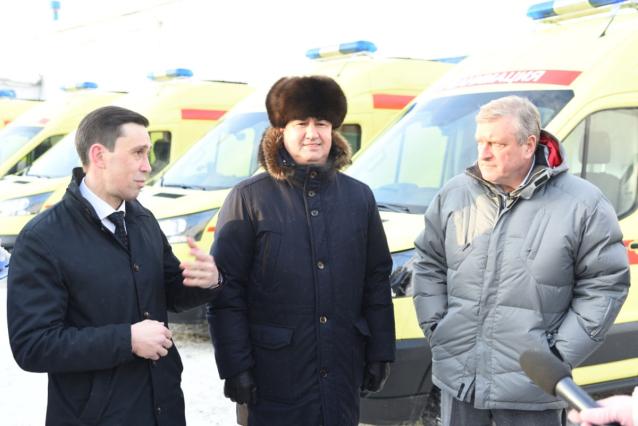 Фото Кировским медикам передали 20 дополнительных машин скорой помощи