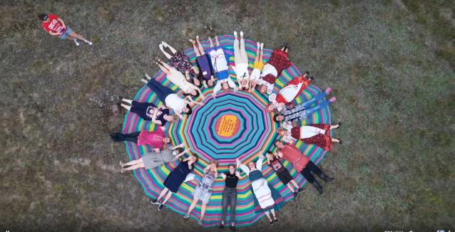 Фото В Коми 100 рукодельниц связали гигантский коврик