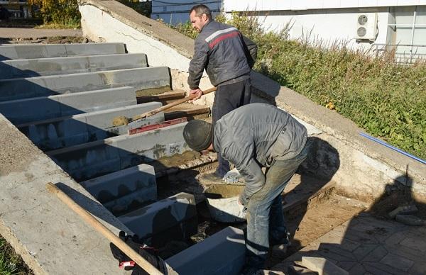Фото В Кирове на Комсомольской ремонтируют лестницы