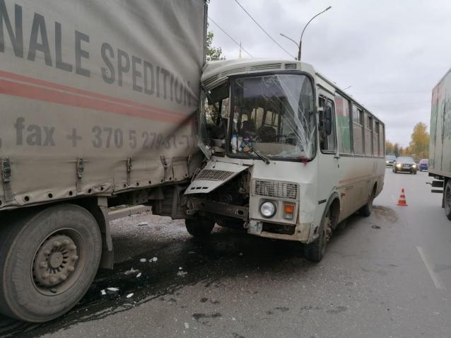 Фото В Кирове в ДТП на Ломоносова пострадали три пассажира автобуса