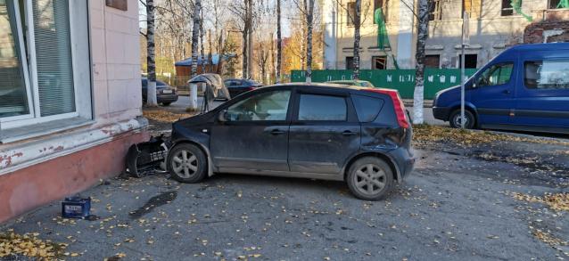 Фото В Ухте водитель врезался в жилой дом