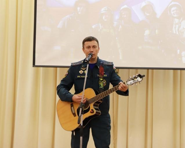 Фото Пожарный из Коми исполнит рок на музыкальном конкурсе в Санкт-Петербурге