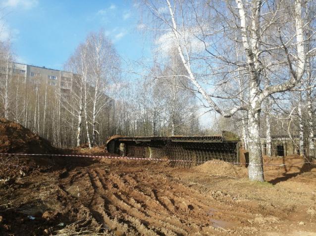 Фото В Кирове при сносе зданий бывшего КВАТУ повредили деревья