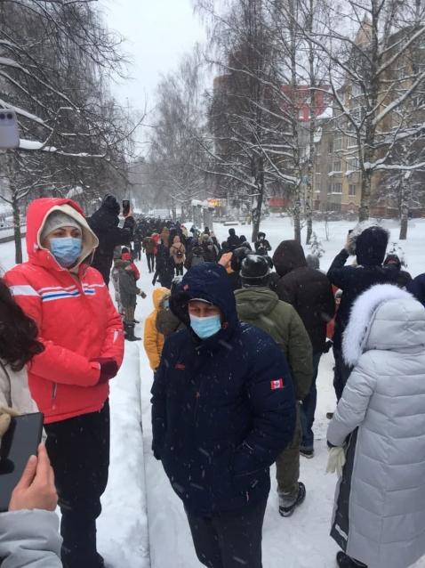 Фото К зданию администрации города Кирова пришли несколько сотен сторонников Алексея Навального