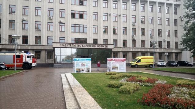 Фото К зданию правительства в Кирове приехали пожарные машины и скорая помощь