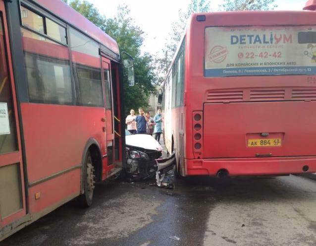 Фото В Кирове на Заводской легковушка столкнулась с двумя автобусами