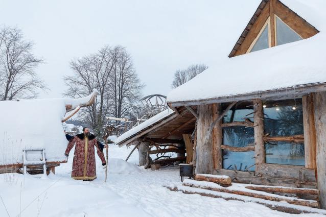 Фото Кировский умелец построил деревянный дом-звездолёт