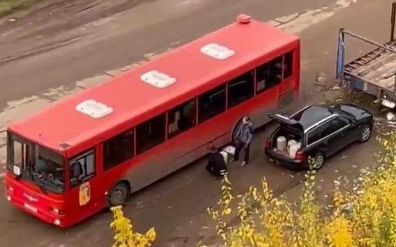 Фото В Кирове водитель автобуса сливал топливо на Луганской