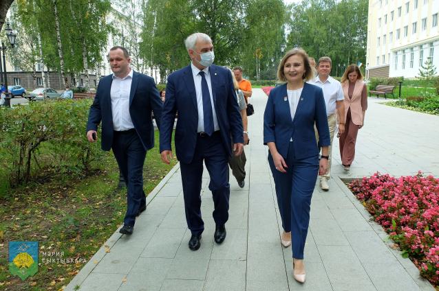 Фото В Коми глава республики и мэр города осмотрели новые общественные зоны