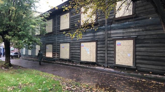 Фото В Кирове законсервировали сгоревший дом на Октябрьском проспекте