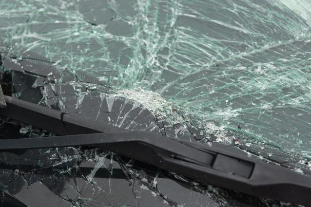 Фото В Кирове девушка помяла капот и разбила лобовое стекло у стоявшего на парковке автомобиля