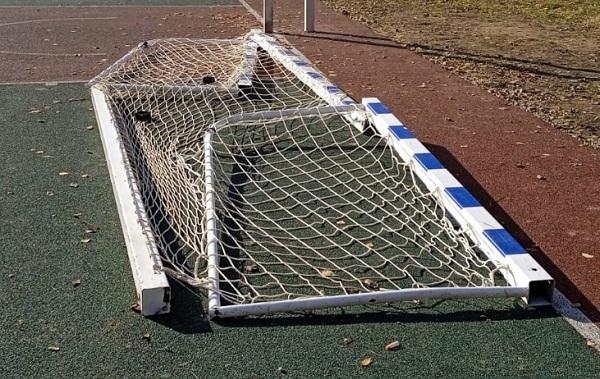 Фото В Коминтерне вандалы сломали футбольные ворота на спортплощадке