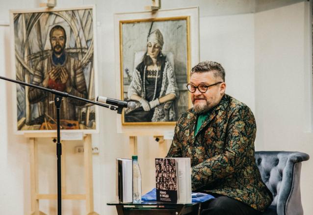 Фото В Киров на открытие выставки приехал историк моды Александр Васильев