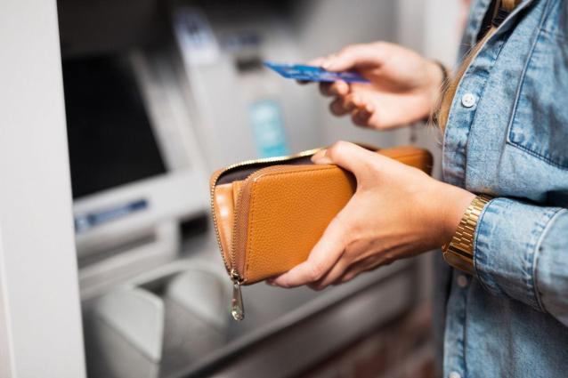 Фото В Кирове две девушки украли деньги с чужого банковского счёта