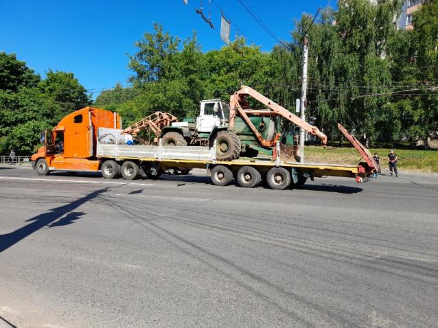 Фото В Кирове на Комсомольской большегруз оборвал троллейбусные провода