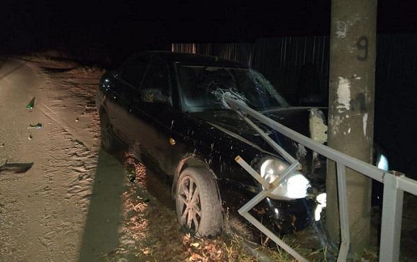 Фото В Юрьянском районе «Лада Приора» въехала в столб и дорожное ограждение