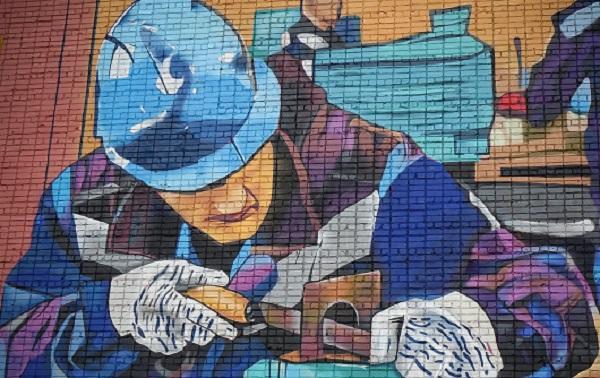 Фото В Нововятске на стене дома появилось граффити со слесарем