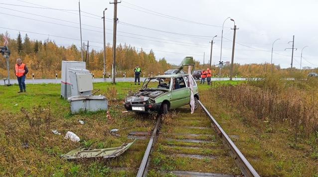 Фото В Печоре автомобиль вылетел на железнодорожные пути